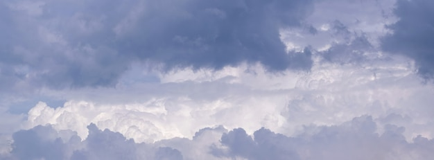 Панорама пасмурного неба с серыми грозовыми тучами