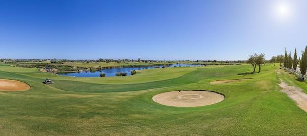 Панорама поля для гольфа в солнечный день.