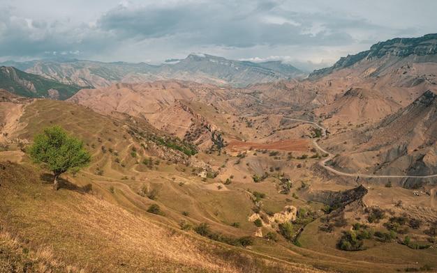 曲がりくねった道のある山の谷のパノラマ。