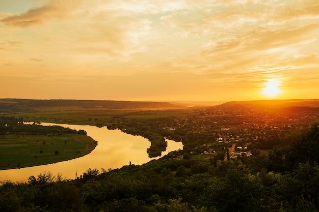 川と素晴らしい夕日のパノラマ。