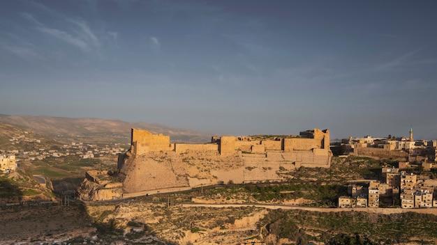 ヨルダンのカラック市の十字軍の古代の石造りの城のパノラマ