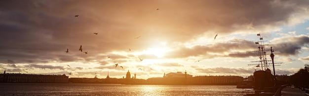 Панорама осеннего петербурга на закате.