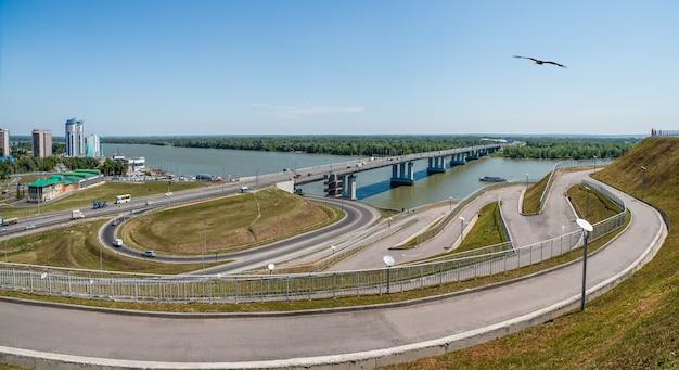 Панорама барнаула. мост через реку обь. смотровая площадка над городом. россия.