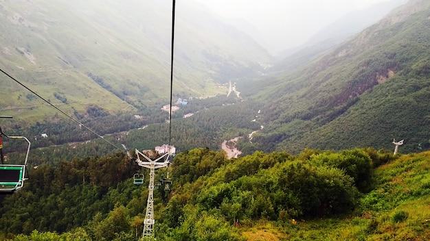美しい白人の緑の山々のパノラマ