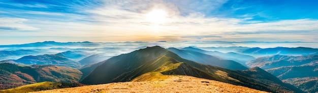 丘の上の美しい景色のパノラマ