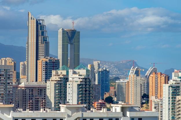 ベニドルム市、ホテル、高層ビル、山々、ベニドルムスペインのパノラマ