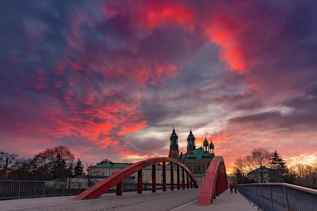 ゴージャスな夕日、ポズナンでシビナ川とポズナン大聖堂に架かるビショップジョーダン橋のパノラマ。