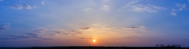 필드 위에 저녁 파란색과 주황색 일몰, 구름과 하늘의 파노라마