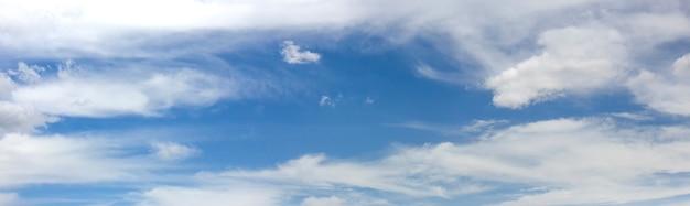 Панорама голубого неба с размытыми облаками, плавающими в небе.