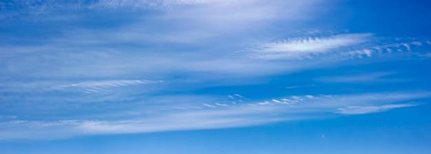 맑고 따뜻한 날 하늘에 흰 구름이 떠 있는 푸른 하늘의 파노라마, 흐린 추상 구름이 있는 여름 하늘 풍경.