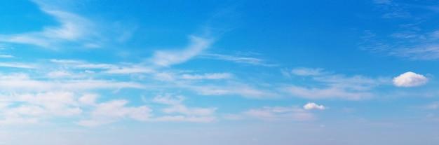 Панорама голубого неба с белыми облаками