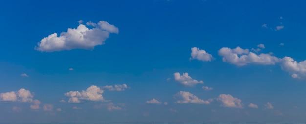 흰 구름과 푸른 하늘의 파노라마