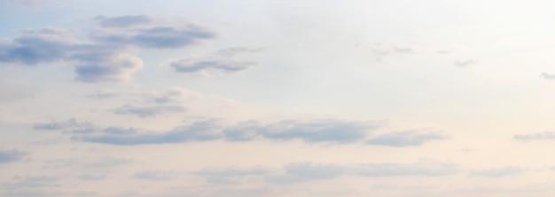 Панорама яркого неба с легкими облаками на закате