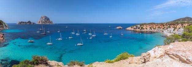 Панорама кала хорт с морских парусных яхт и горы эс ведра. ибица, балеарские острова. испания