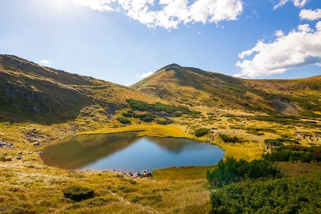 Панорама карпатских гор в солнечный летний день. горное озеро