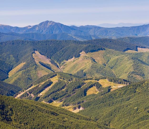Панорама карпатских гор в летний солнечный день с результатами вырубки леса