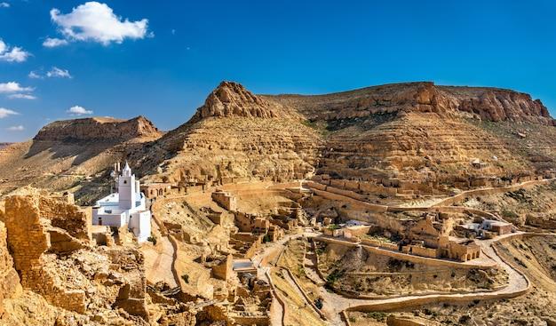 南チュニジアのタタウィン県にあるベルベル人の要塞化された村、シュニーニのパノラマ。アフリカ