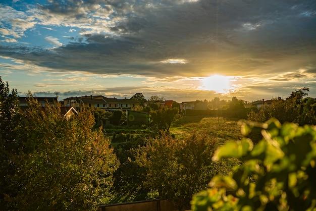 秋の田舎の村の夕日の風景のパノラマ