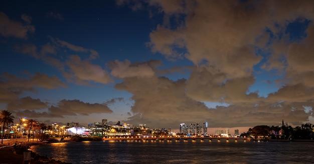 クルーズ船とクルーズポートマイアミのパノラマ。マイアミの高層ビル。米国フロリダ州マイアミのダウンタウン。