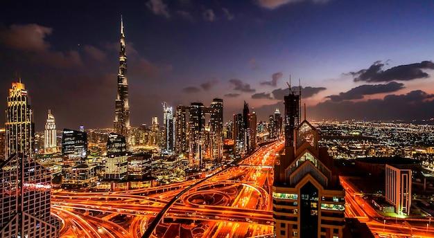 밤에 시내 두바이 현대 도시의 파노라마