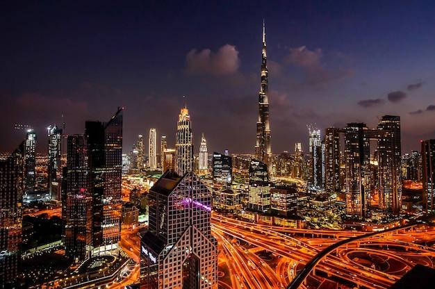 Панорама центра современного города дубая ночью