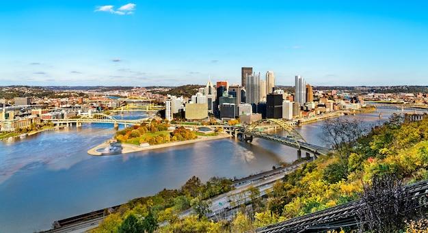 앨러 게니 강과 모 농가 엘라 강이 합류하는 지점에서 골든 트라이앵글로 알려진 피츠버그 시내의 파노라마. 펜실베니아, 미국