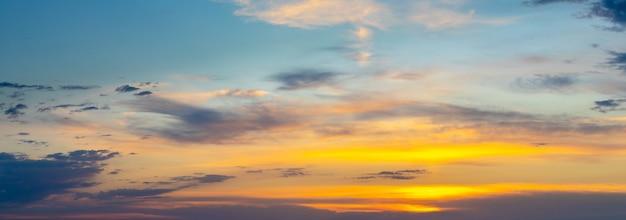 日没時に絵のように美しい雲のある劇的な空のパノラマ
