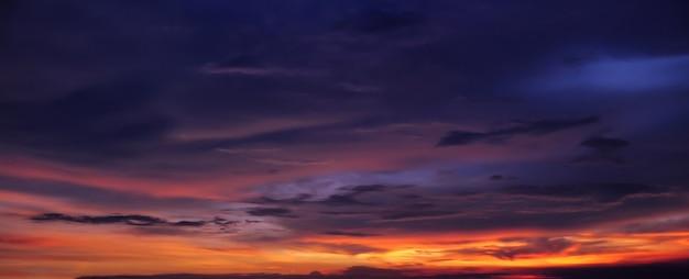 雲と劇的な熱帯の夕日の空のパノラマ。