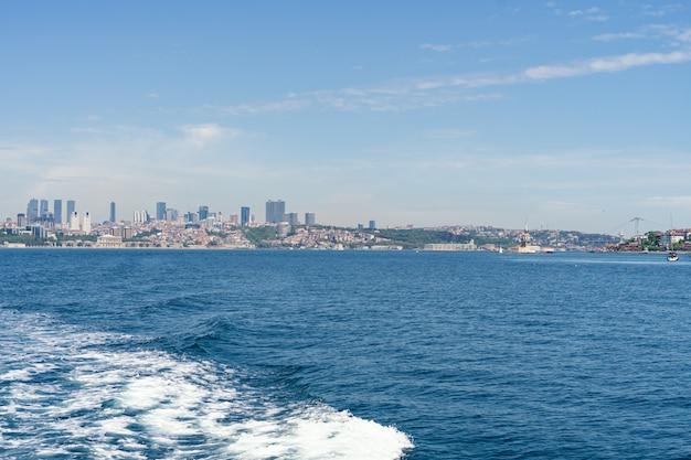Панорама европейской части города стамбул и моста через пролив босфор