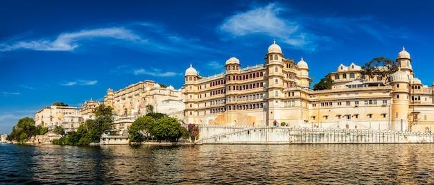有名なロマンチックで豪華なラジャスタン州のインドの観光名所のパノラマ-曇り空と夕日のウダイプールシティパレス-表面レベルのビュー。ウダイプール、ラジャスタン、インド
