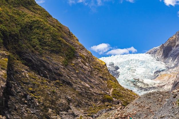 Панорама ледника франца иосифа вокруг скал и льда южный остров новой зеландии