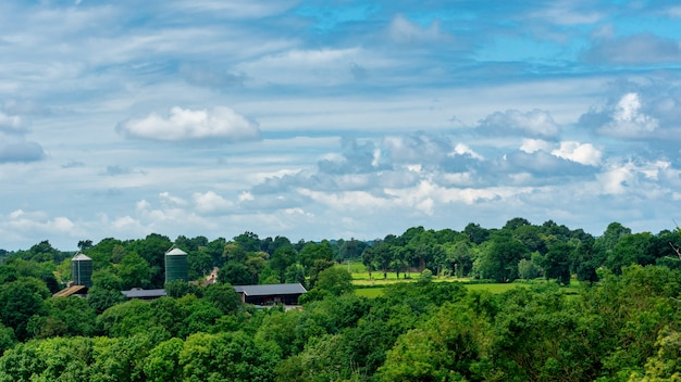 農場とフランスの田舎のパノラマ
