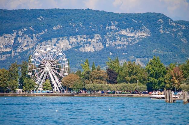夏の間の観覧車とバルドリーノのガルダ湖のパノラマ