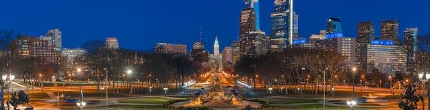 夕暮れ時、アメリカ合衆国またはアメリカ合衆国、旅行のための歴史と文化の都市景観の壁と市庁舎の上のフィラデルフィアのジョージワシントン像通りのパノラマ