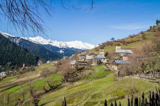 Панорама грузинской горной деревни и снега