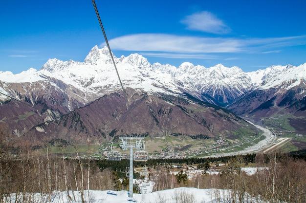 Панорама гор грузии и снега с подъемника