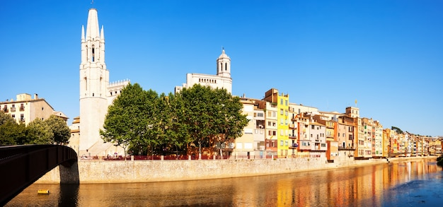 ジローナのパノラマ。カタロニア、スペイン
