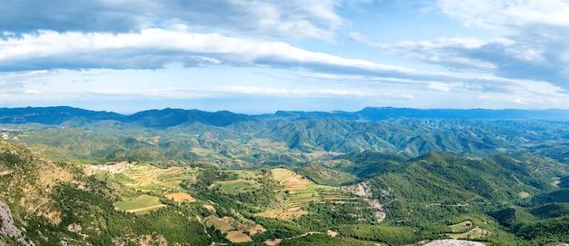 スペイン、バルセロナ近郊のピレネー山脈の緑豊かな山々のパノラマ