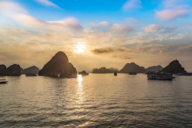Панорама залива халонг на закате, вьетнам