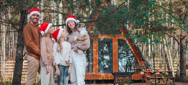 Панорама счастливой семьи на рождественских каникулах на открытом воздухе