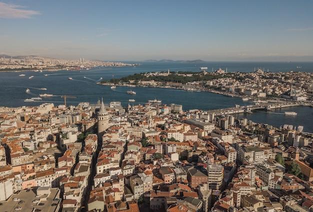 Панорама стамбула, самого большого города турции. с высоты птичьего полета
