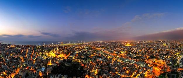 터키에서 황혼에서 이스탄불시의 파노라마입니다.