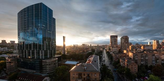 비 후 키예프의 파노라마 구름을 통해 태양 비 후 파노라마 시티