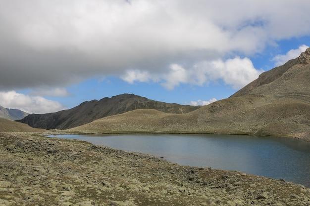 산, 국립 공원 dombay, 코카서스, 러시아, 유럽에서 호수 장면의 파노라마. 여름날의 극적인 푸른 하늘과 맑은 풍경