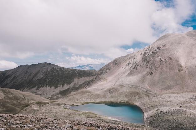 산, 국립 공원 dombay, 코카서스, 러시아, 유럽에서 호수 장면의 파노라마. 여름날의 극적인 푸른 하늘과 화창한 풍경