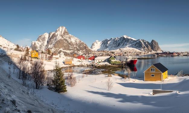 노르웨이에서 겨울에 해안선에 다채로운 어촌 마을과 산맥이있는 lofoten 섬의 파노라마