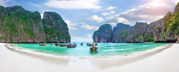 Панорама длинной лодки и голубой воды в заливе майя на острове пхи-пхи, краби, таиланд.
