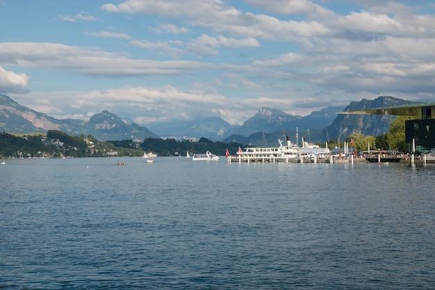 루체른, 스위스, 유럽에서 루체른 호수와 산 장면의 파노라마. 극적인 푸른 하늘과 화창한 여름 풍경