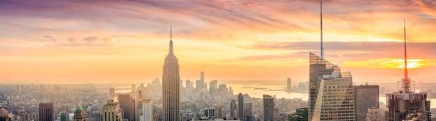 뉴욕시 일몰 시 맨해튼 스카이라인의 파노라마