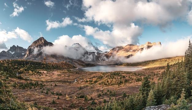 州立公園の秋の森のマゴッグ湖の青い空とアシニボイン山のパノラマ